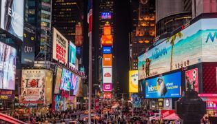 """Żyjemy w McŚwiecie, by użyć określenia amerykańskiego myśliciela Benjamina Barbera, a McŚwiat to """"zbiorowisko zdziecinniałych, ogarniętych manią zakupów konsumentów"""""""