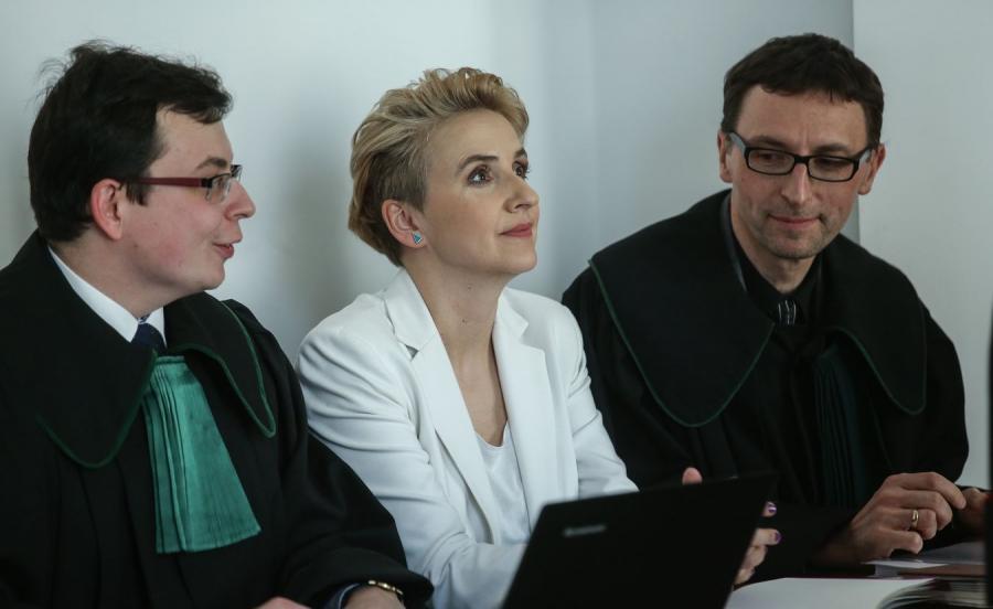 Joanna Scheuring-Wielgus i adwokaci na sali rozpraw