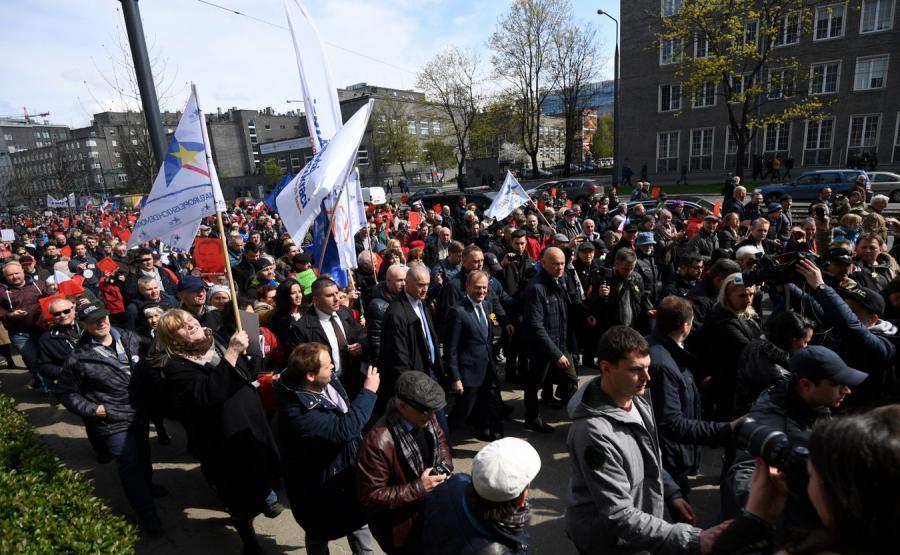 Przemarsz Donalda Tuska i jego zwolenników z Dworca Centralnego do prokuratury