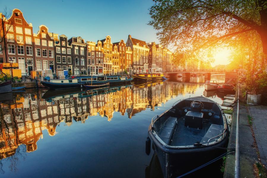 Kanał o zachodzie słońca w Amsterdamie