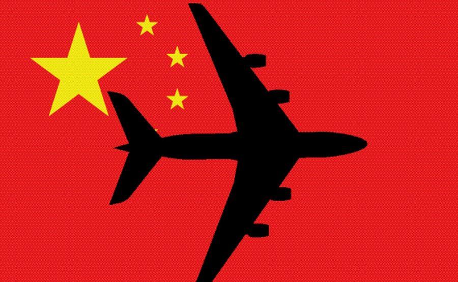 Samolot na tle chińskiej flagi