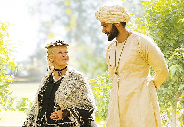 Judi Dench jako królowa Wiktoria oraz Ali Fazal jako jej powiernik w filmie \