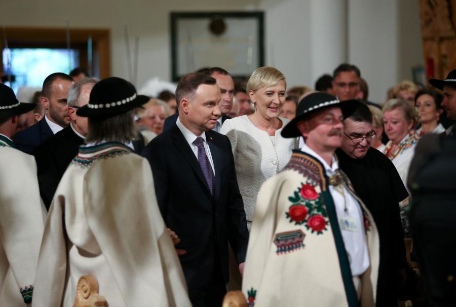 Prezydent Andrzej Duda (centrum-L) z małżonką Agatą Kornhauser-Dudą (centrum-P) podczas uroczystej mszy św.