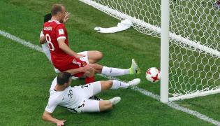 Michael Boxall strzela do własnej bramki w meczu z Rosją