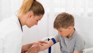 Pobieranie krwi u dziecka
