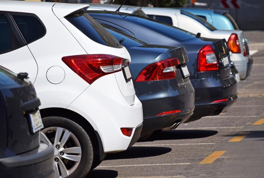 Po wjeździe na parking kierowca za darmo może się zatrzymać na 20 minut