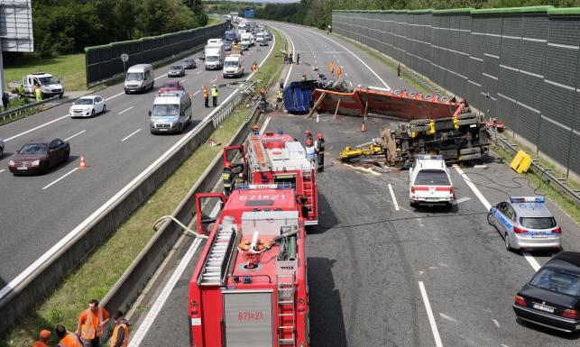 Wypadek na autostradzie A4. Ciężarówka przecięła bariery i zmiotła audi [ZDJĘCIA]