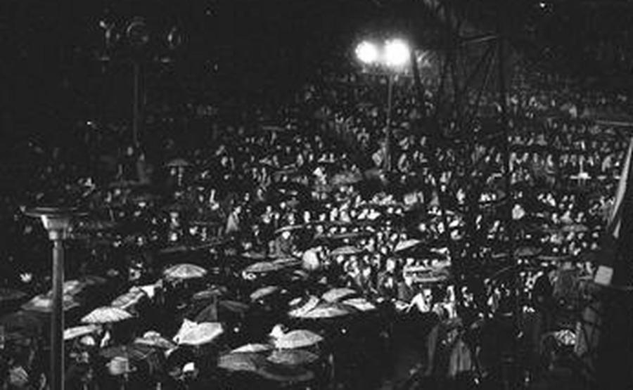 Publicznośćpod parasolami w amfiteatrze w Opolu (fot. NAC)
