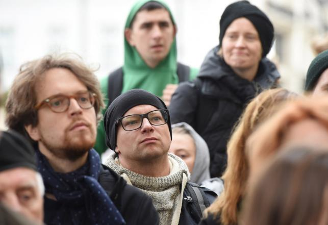 Maciej Stuhr podczas pikiety w obronie dyrektor PISF, Magdaleny Soroki