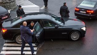 Prezydent Andrzej Duda ma do swojej dyspozycji cztery auta podstawiane przez Biuro Ochrony Rządu. Wszystkie opancerzone - mercedes klasy S, BMW serii 7, audi A8 i biała toyota land cruiser. A czym jeżdżą urzędnicy z kancelarii?