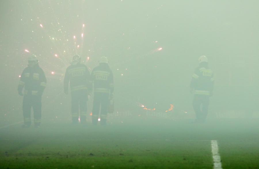 Straż pożarna gasi race rzucane na boisko przez kibiców Cracovii podczas Derbów Krakowa