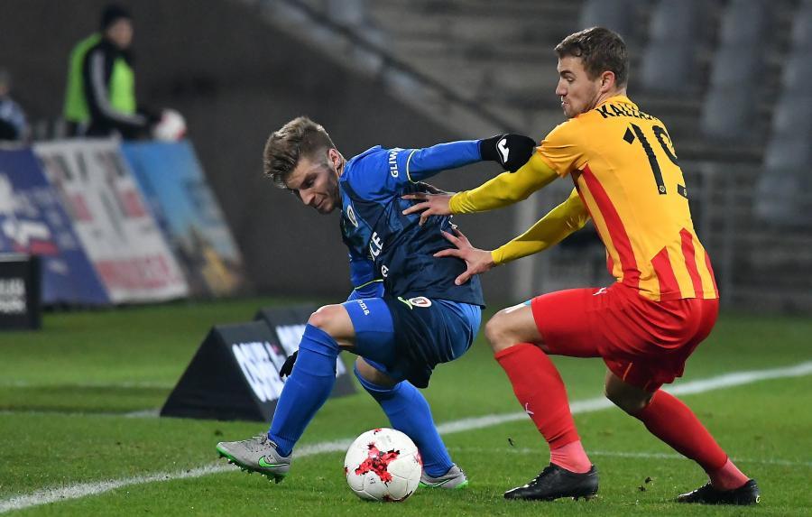Piłkarz Korony Kielce Ken Kallaste (P) i Aleksander Jagiełło (L) z Piasta Gliwice