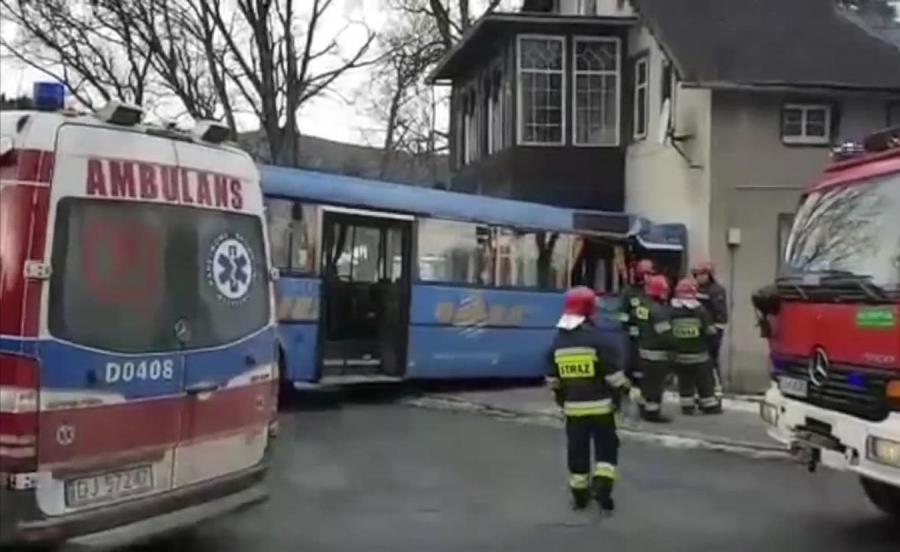 Autobus uderzył w budynek w Karpaczu