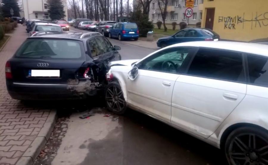 Kierowca białego Audi A3 Sportback niszczył samochody w Krakowie. Kadr z filmu