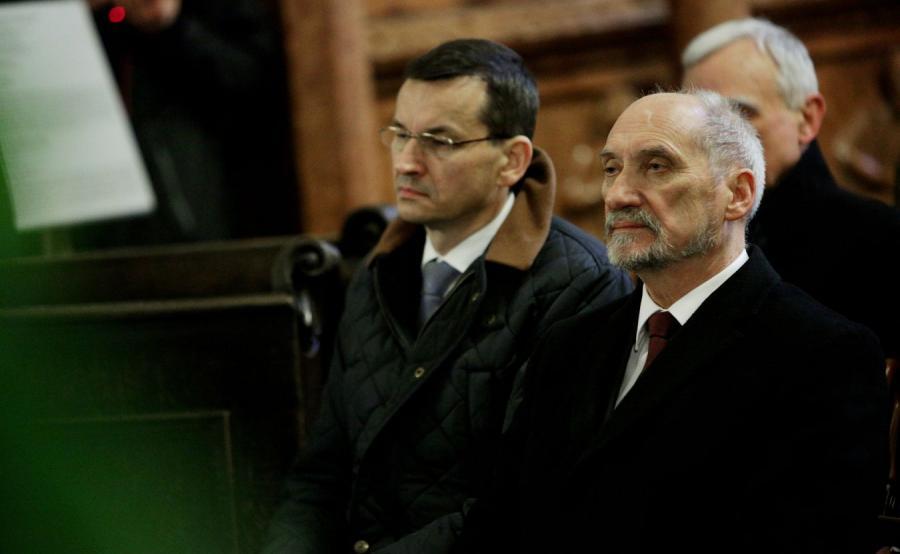 Premier Mateusz Morawiecki i były szef MON Antoni Macierewicz