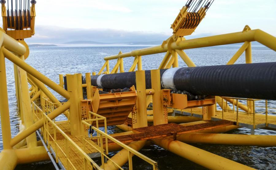 Układanie podwodnego rurociągu