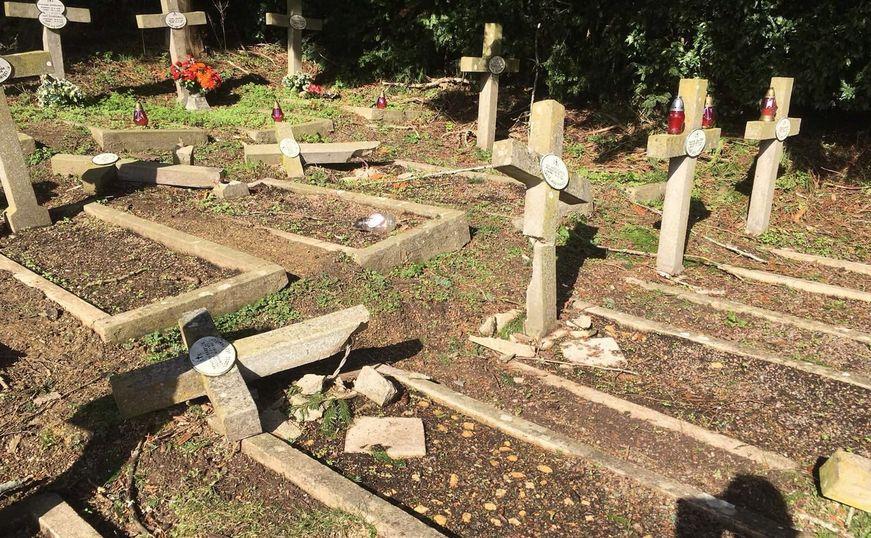 Zniszczone groby polskich bohaterów wojennych