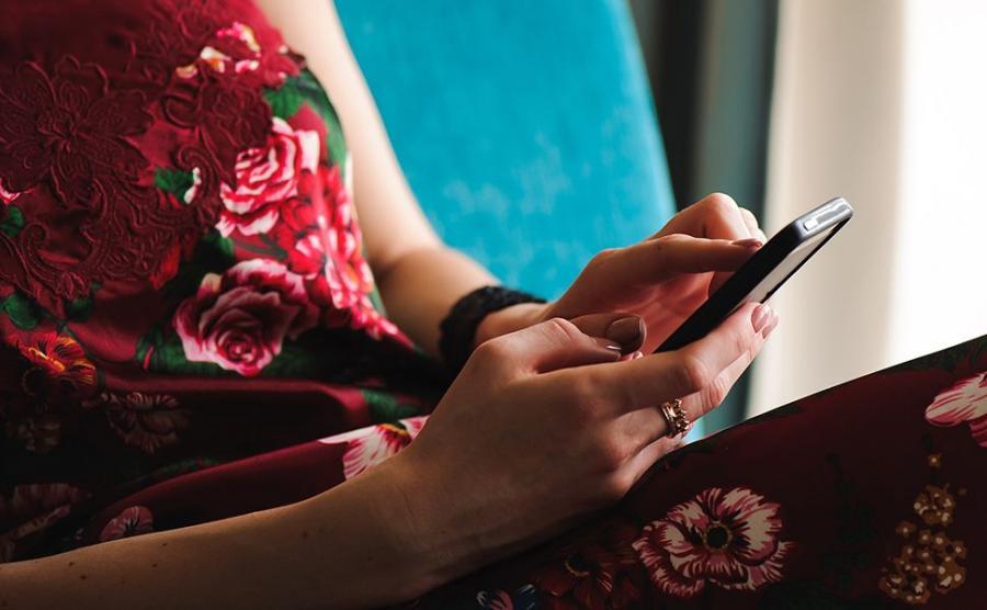 Kobieta przegląda SMS-y