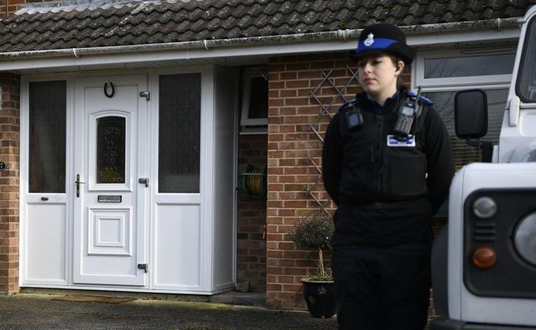 Policjantka przed brytyjskim domem Skripalów