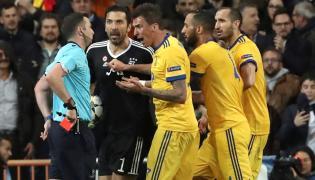 Michael Oliver, Gianluigi Buffon i piłkarze Juventusu