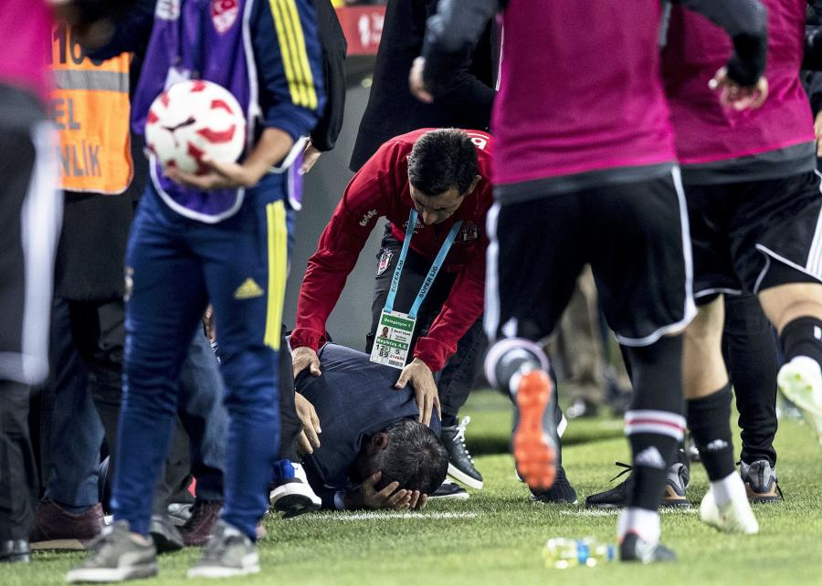 Senol Gunes z rozbitą głową trafił do szpitala. Meczu Fenerbahce - Besiktas z powodu zamieszek nie dokończono