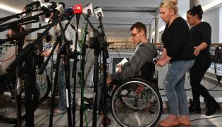 Konferencja prasowa protestujących rodziców dzieci niepełnosprawnych