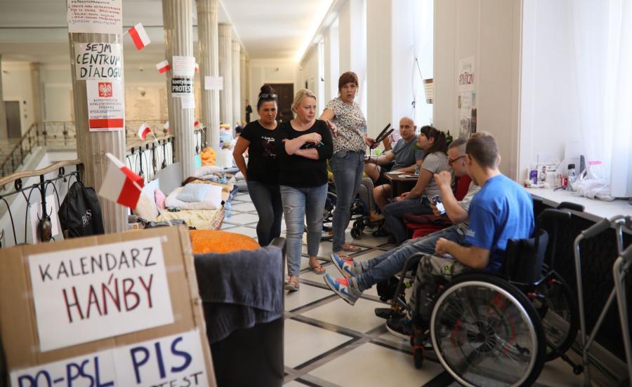 Protestujący w Sejmie niepełnosprawni i ich opiekunowie