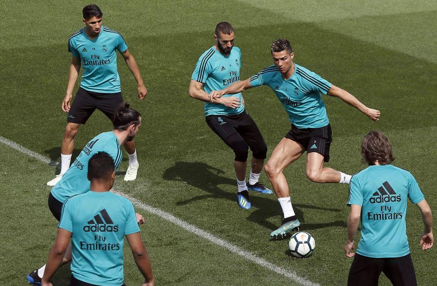 Cristiano Ronaldo (w środku)