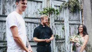 Spotkanie zakochanych z księdzem
