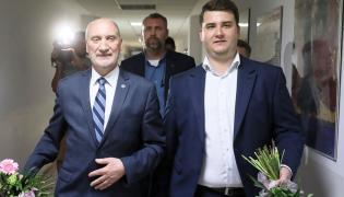 Poseł PiS Antoni Macierewicz (L) i były rzecznik MON Bartłomiej Misiewicz (P) po sympozjum dot. bezpieczeństwa Polski