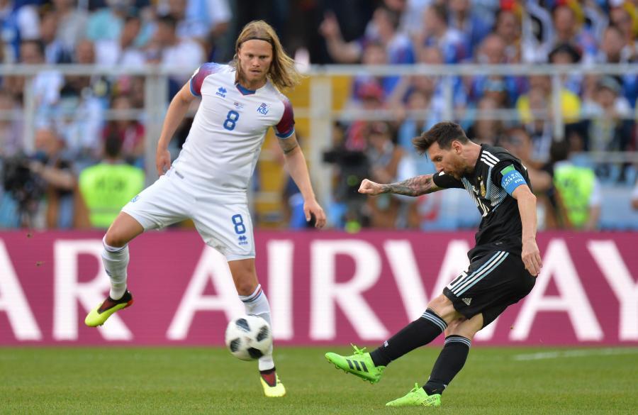 Birkir Bjarnason i Lionel Messi