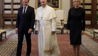 Emmanuel Macron, papież Francisze i Brigitte Macron