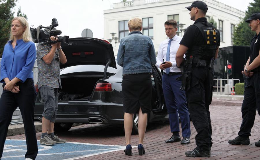 Samochód posła Ryszarda Petru sprawdzany przed wjazdem na teren Sejmu