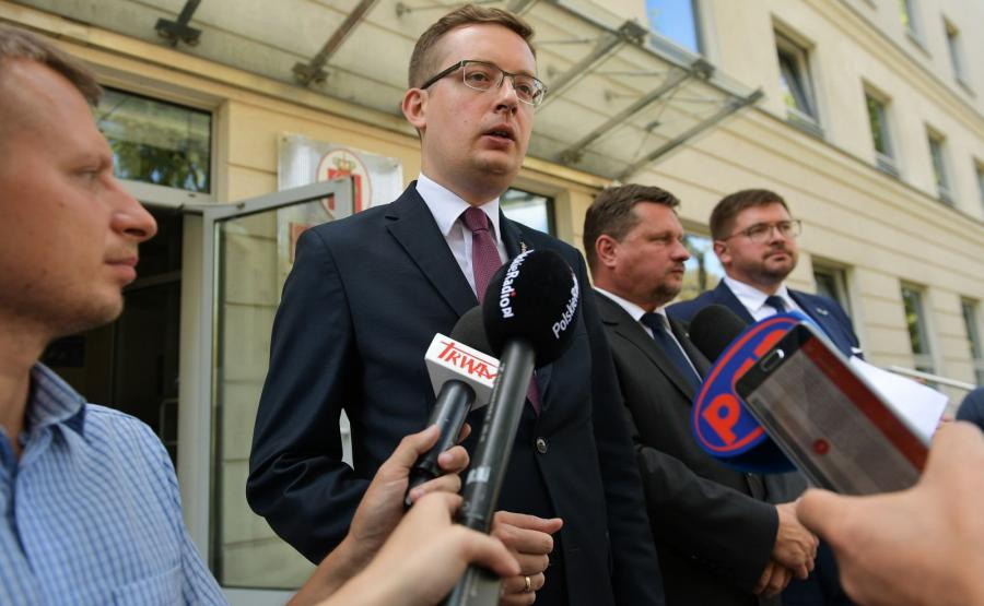 Prezes Ruchu Narodowego, poseł Robert Winnicki, oraz posłowie Kukiz\'15 Tomasz Rzymkowski i Bartosz Józwiak podczas konferencji prasowej przed Biurem Bezpieczeństwa i Zarządzania Kryzysowego w Warszawie