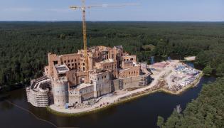"""Budowa """"zamku"""" w Stobnicy"""