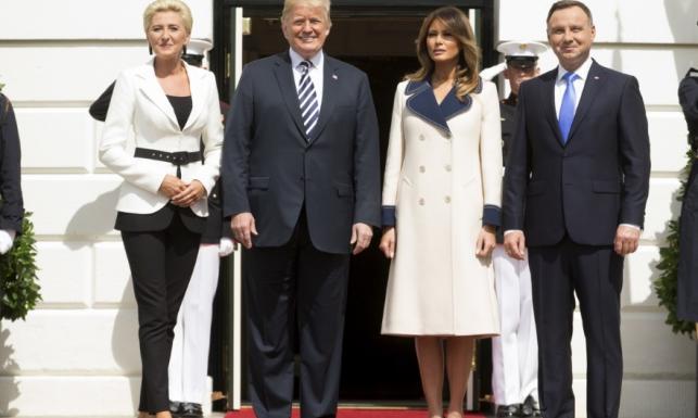 Dokonała prawie niemożliwego! Na powitaniu w USA Agata Duda wyglądała lepiej niż Melania. FOTO