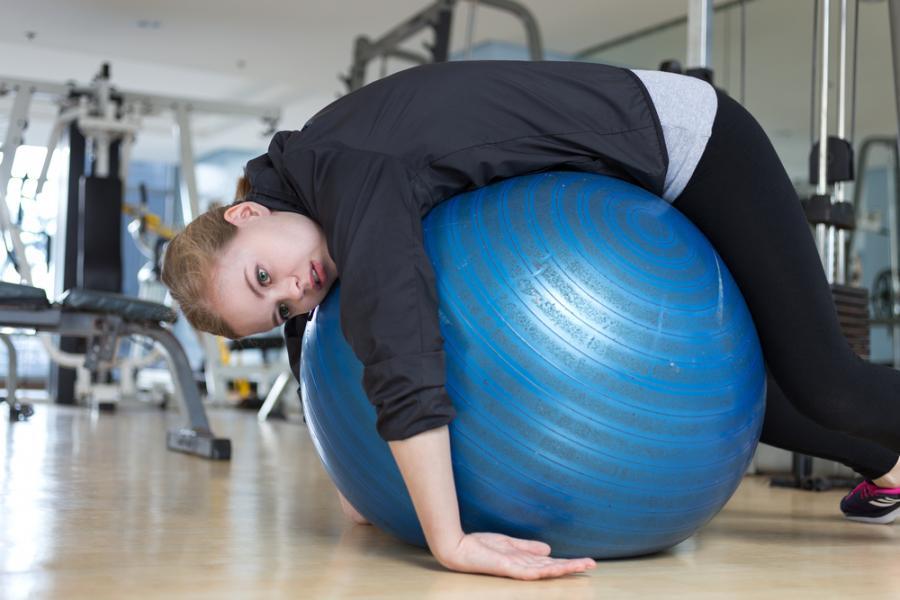 Kobieta znudzona ćwiczeniami