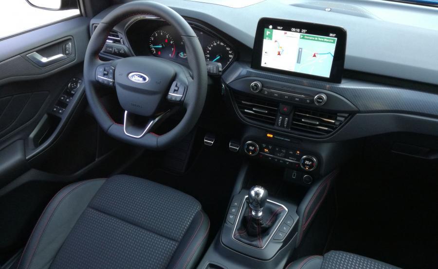 Kabina nowego Focusa urosła – żadna z trzech wcześniejszych generacji nie była tak naszpikowana systemami wspierającymi kierowcę i przestronna. Kokpit wreszcie wygody w obsłudze - wrażenie robi duża nawigacja z dotykowym ekranem i rozbudowanym sterowaniem głosowym. A z tyłu jest więcej miejsca niż w niejednym aucie o klasę większym, na kanapie siedzi się wygodnie