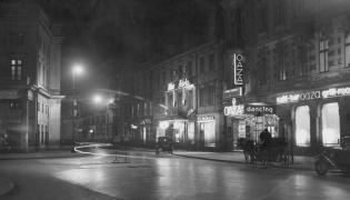 Warszawa. Ulica Wierzbowa widziana od strony placu Teatralnego. Widoczne restauracje: Adria, Ziemiańska
