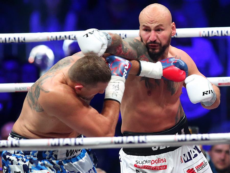 Artur Szpilka (P) i Mariusz Wach (L) w pojedynku wagi ciężkiej podczas bokserskiej gali KnockOut Boxing Night