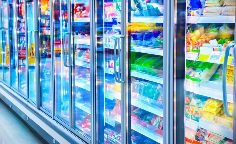 Sklepowa lodówka z jedzeniem