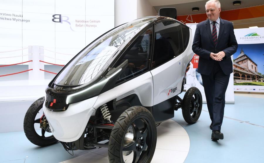 Wicepremier, minister nauki i szkolnictwa wyższego Jarosław Gowin podczas premiery polskiego pojazdu miejskiego o napędzie elektrycznym Triggo