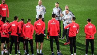 Selekcjoner piłkarskiej reprezentacji Polski Jerzy Brzęczek (3P), podczas treningu kadry na stadionie w Guimaraes