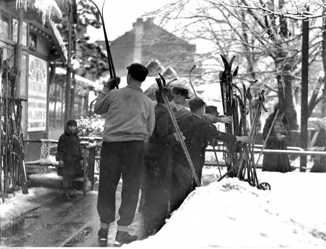 Narciarze wbijają narty w śnieg przed weściem do restauracji Karpowicza