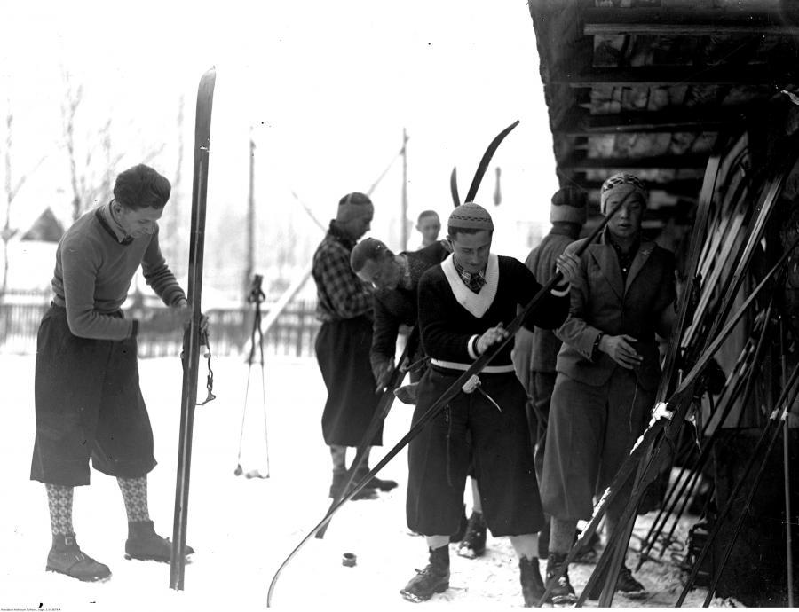 Narciarze podczas smarowania nart