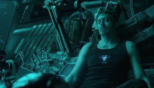"""Tony Stark ma poważne kłopoty. Kadr z filmu """"Avengers: Endgame"""""""