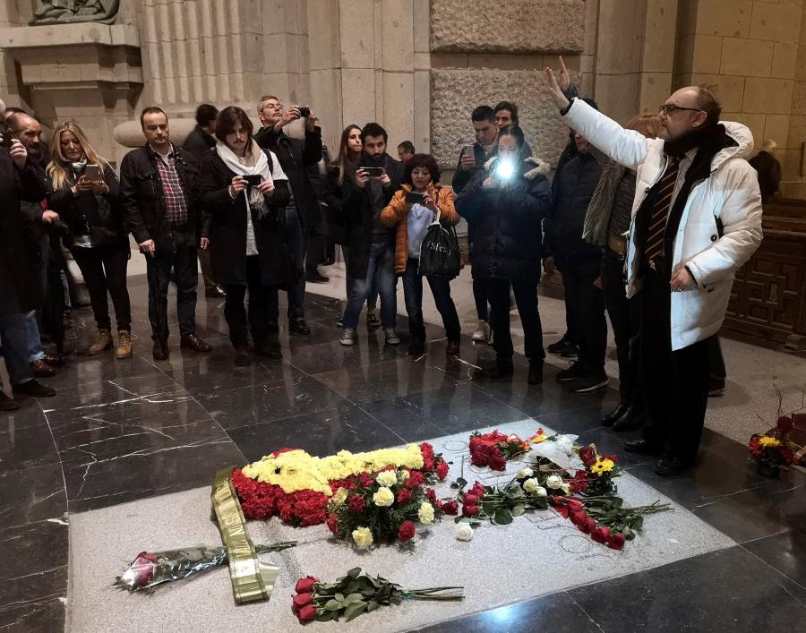 Przyjeżdżąjacy na grób generała Franco potrafią sprawiac problemy. Tu grupa nacjonalistów. Kwiaty są tu jednak rzadkością