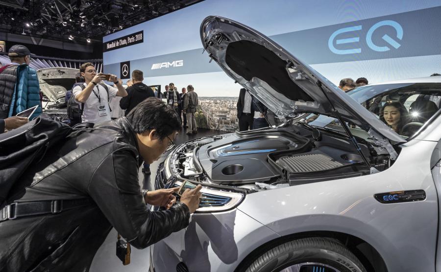 EQC to pierwszy Mercedes wśród elektrycznych samochodów. Niemiecki producent stworzył nawet specjalną markę tego typu aut i nazwał ją EQ