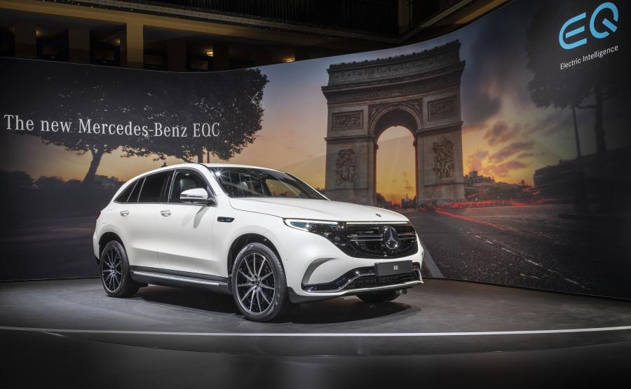 Mercedes EQC w podłodze skrywa baterię litowo-jonową o pojemności 80 kWh. Producent obiecuje, że przy podłączeniu do stacji 110 kW (w samochodzie zastosowano ładowarkę 7,4 kW) trzeba będzie poczekać ok. 40 minut na doładowanie akumulatorów z poziomu 10 proc. do 80 proc.
