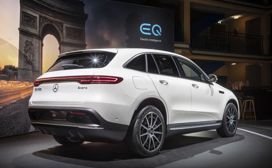 Mercedes EQC na pełnych akumulatorach ma zapewnić ok. 450 km zasięgu, a szacowane zużycie energii: 22,2 kWh/100 km